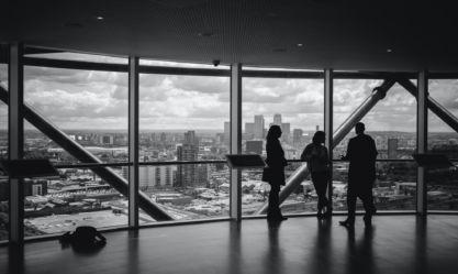 Vue d'hommes et femmes d'affaires dans un batiment vitré